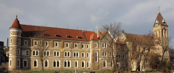 Celkový pohled na architekturu kláštera / Kostel a klášter sv. Gabriela
