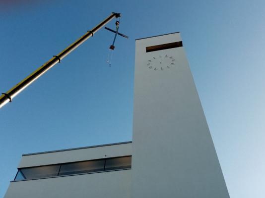 Kostel Krista Spasitele na Barrandově / instalace venkovního kříže
