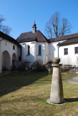 Kaple sv. Eustacha - hrad Roštejn / Pohled na kapli sv. Eustacha z hradního nádvoří
