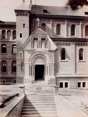 Vchod do kostela, histor. foto / Od roku 1891 do roku 1919 zdobila vchod dvoumetrová socha arch. Gabriela